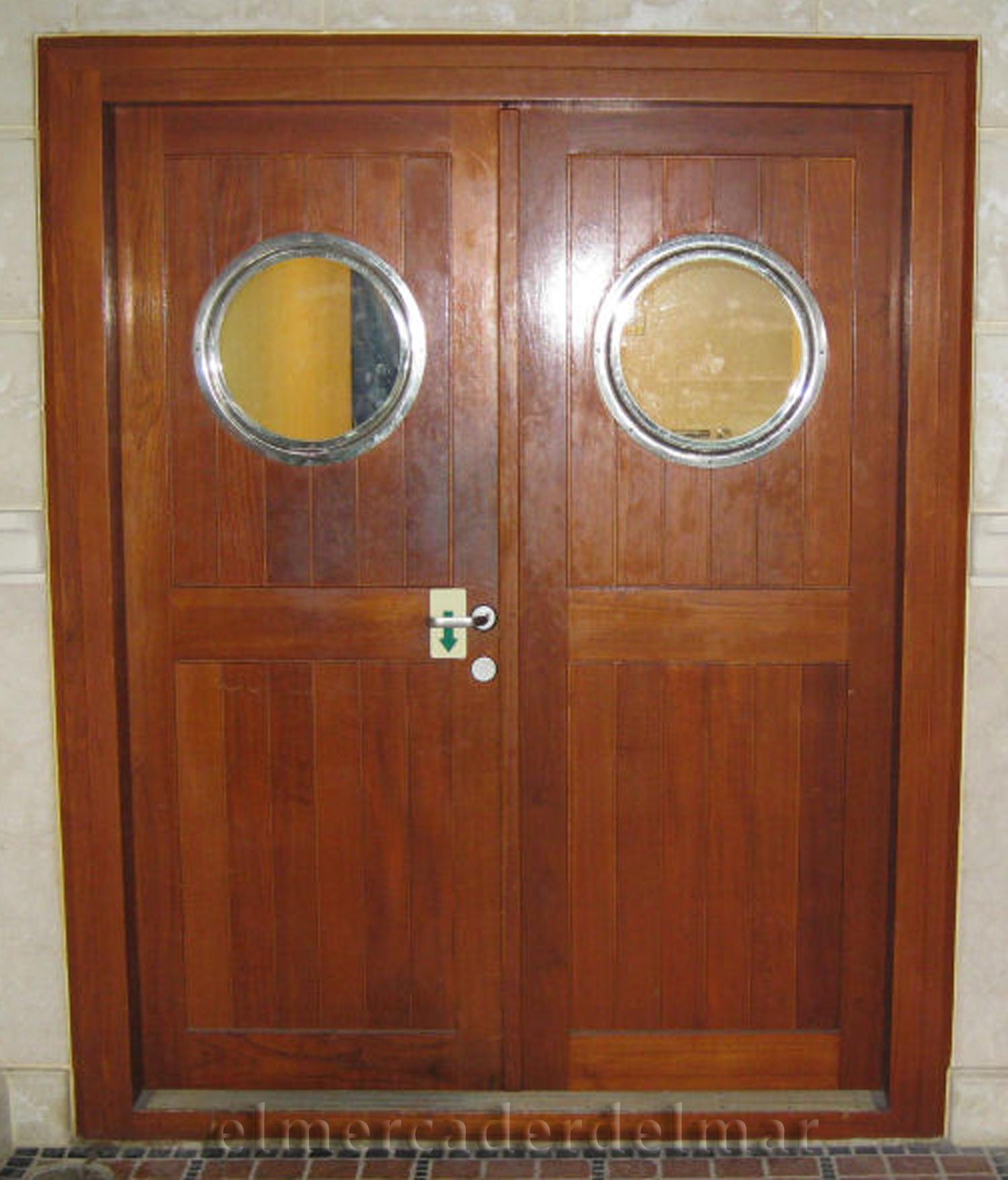 puerta con espejo de portilla