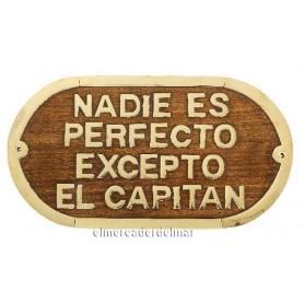 Placa náutica de madera con latón Nadie es perfecto excepto el capitán