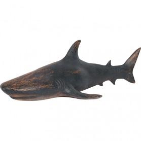 Figura decorativa de tiburón marino tallado en resina que imita a la madera.